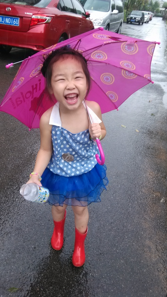 漏背小美女玩雨水+【成长记录】 可爱宝宝论
