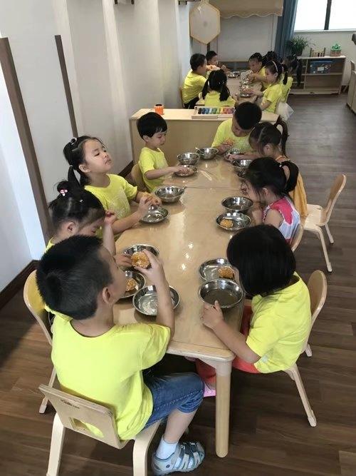 在幼儿园用餐
